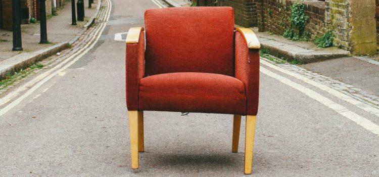 Einsamer Sessel auf einer leeren Straße